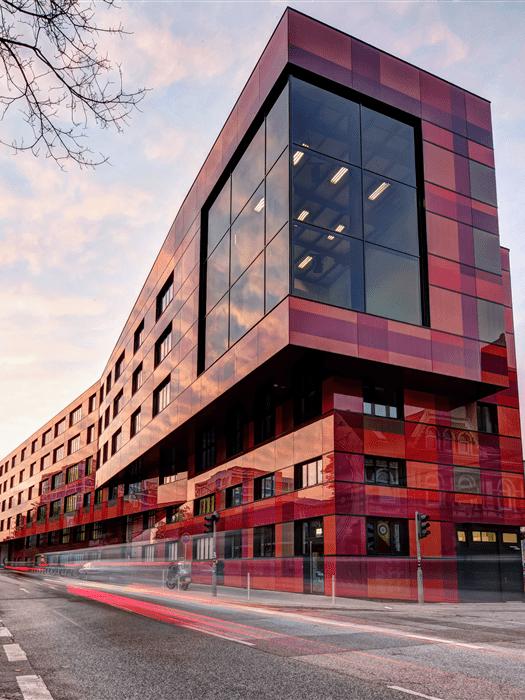 Optisch auffallend präsentiert sich der Neubau des AIDA Entertainment-Haus im Herzen St. Paulis.