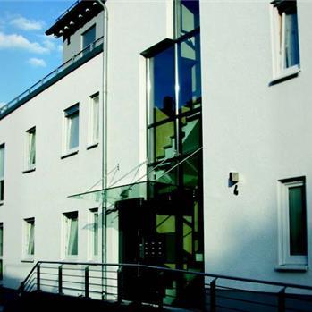 Verbaut an einem Mehrfamilienhaus in Gummersbach