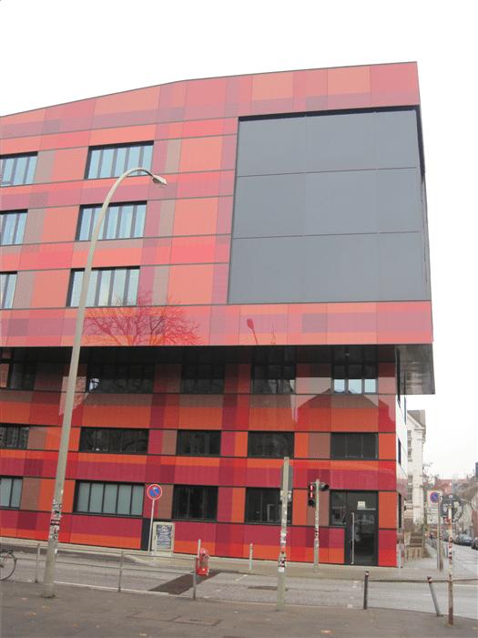 Die Farbanordnung der Rot-Orange farbigen Gläser ist so konzipiert, dass Farbbänder sowohl vertikal als auch horizontal verlaufen und in den Kreuzungspunkten immer wieder neue Mischfarben entstehen.